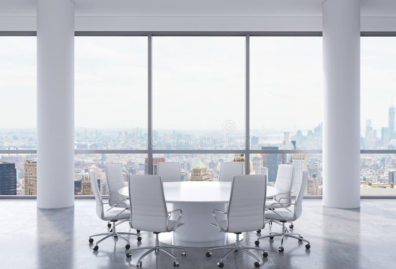 Salle de conférence panoramique dans le bureau moderne, vue de New York City Chaises blanches et une table ronde blanche illustration libre de droits
