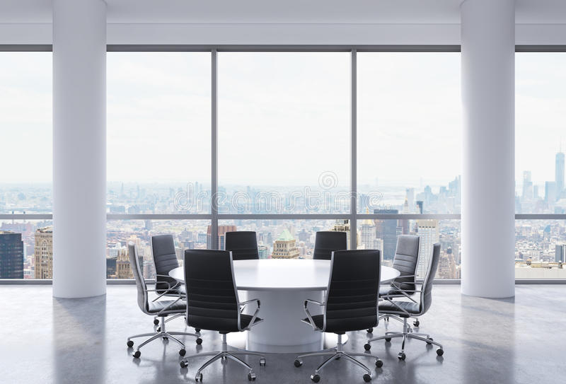 Salle de conférence panoramique dans le bureau moderne, vue de New York City Chaises noires et une table ronde blanche illustration de vecteur