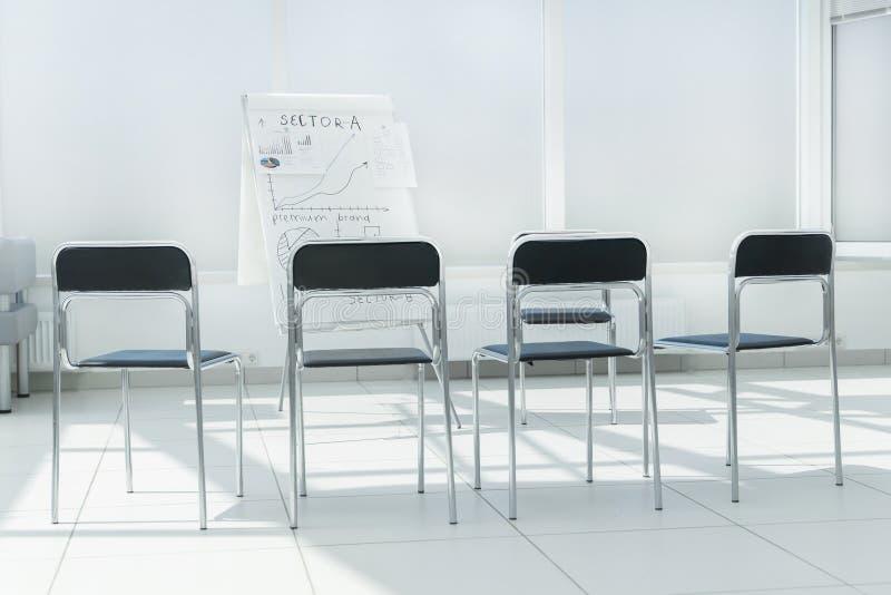 Salle de conférence vide avant la présentation d'affaires images stock