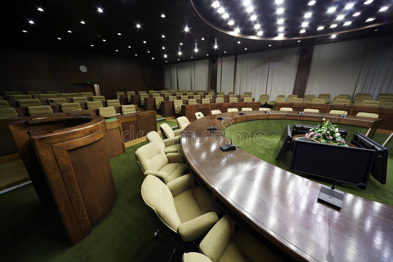 Salle de conférences avec la table et les lignes des présidences images libres de droits
