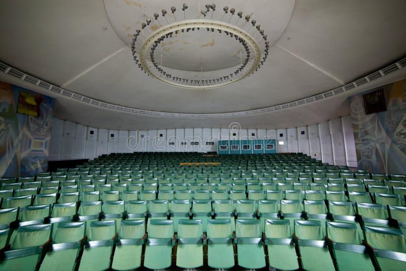 Salle de conférences vide d'amphithéâtre, hall de cinéma, WI de salle de concert photographie stock libre de droits