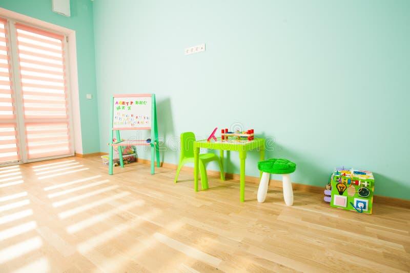 Salle de jeux moderne pour des enfants dans le rose et les couleurs en bon état photographie stock