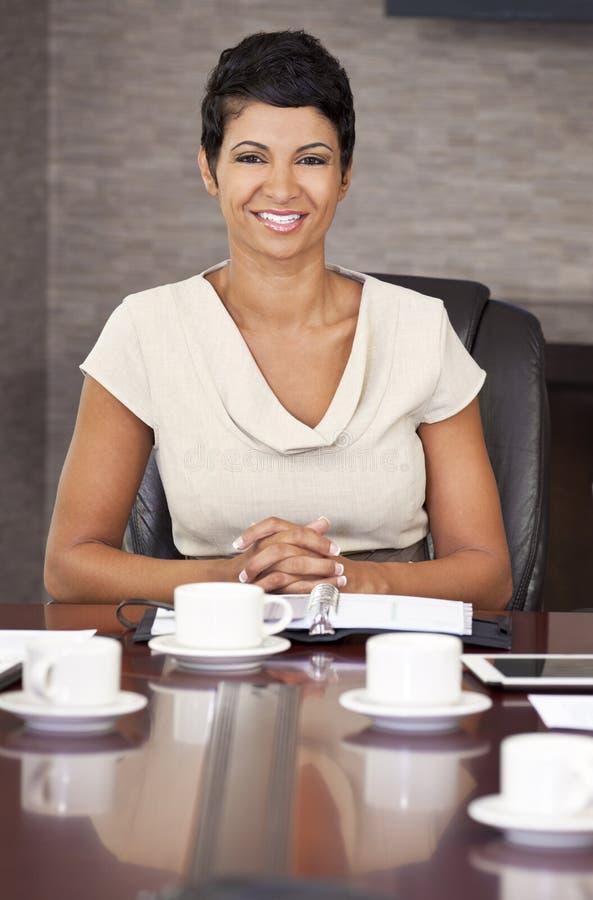 Salle de réunion de bureau de femme d'affaires d'Afro-américain photos stock
