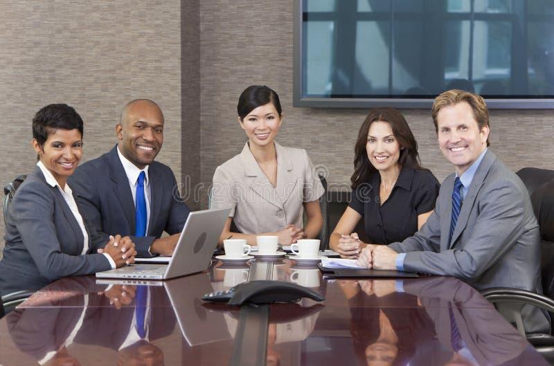 Salle de réunion interraciale de contact d'équipe d'affaires image stock
