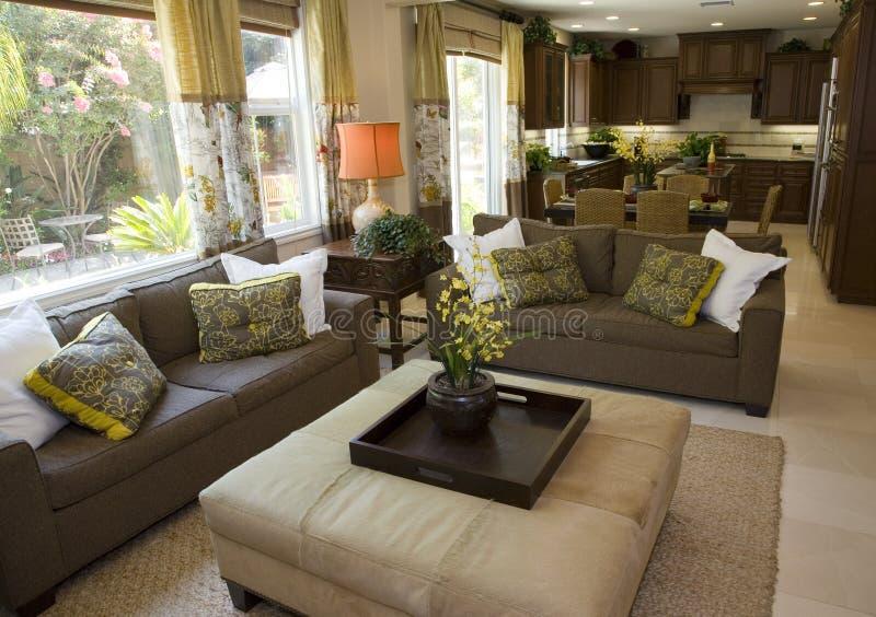 Salle de séjour à la maison de luxe spacieuse. photographie stock