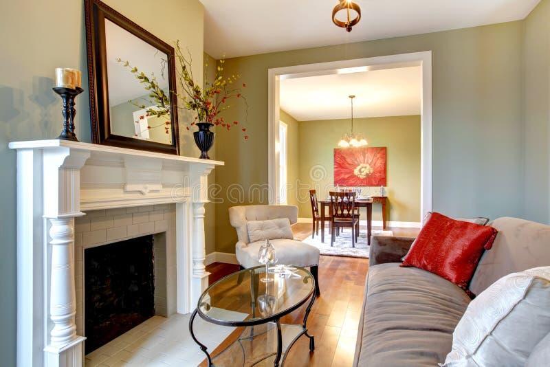 Salle de séjour élégante verte avec la cheminée. photographie stock libre de droits