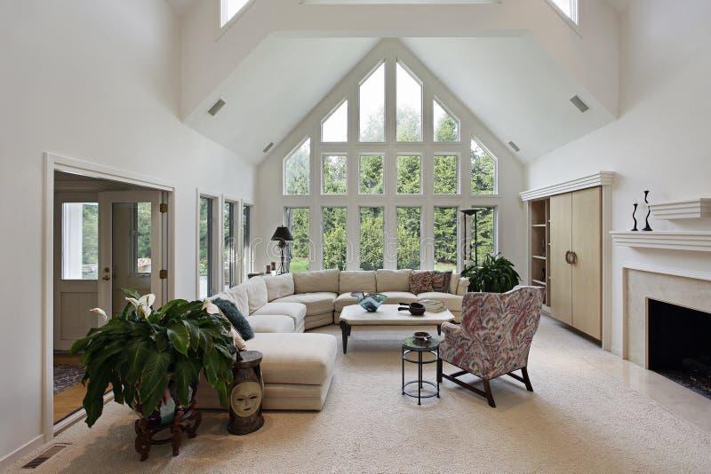 Salle de séjour avec l'étage aux hublots de plafond photo libre de droits