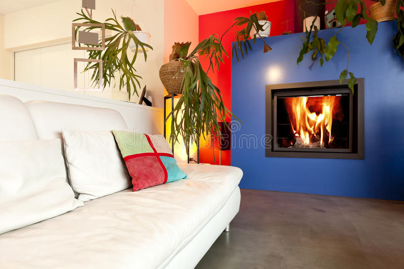 Salle de séjour avec la cheminée photos stock