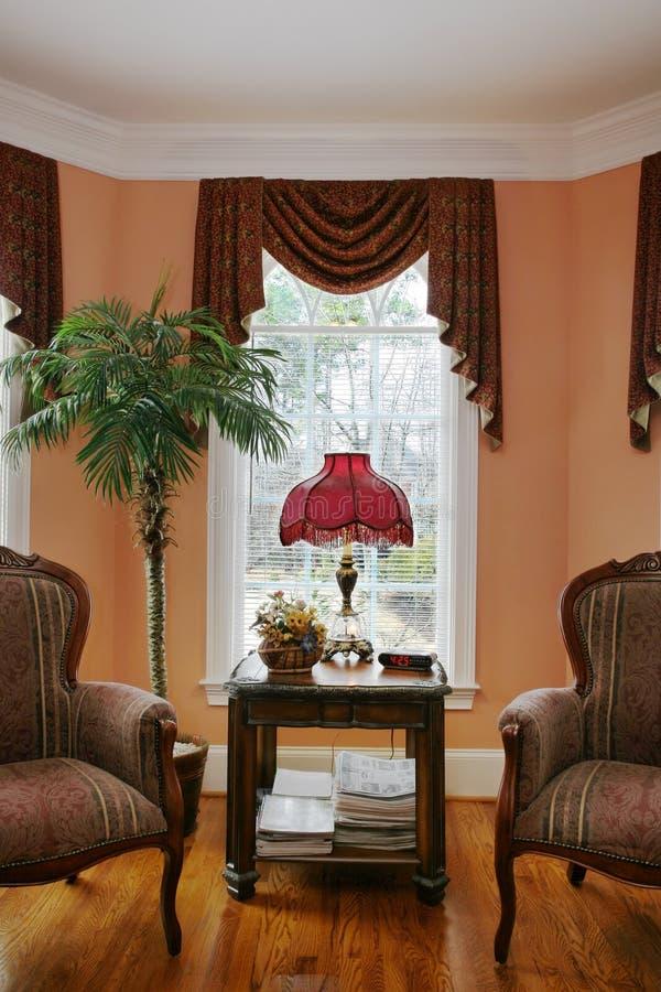 Salle de séjour avec la fenêtre en saillie photo libre de droits