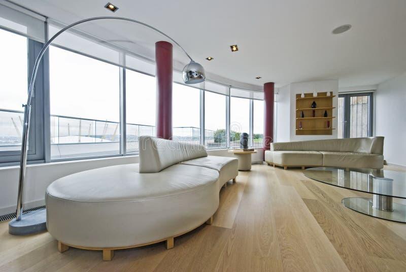 Salle de séjour d'appartement terrasse images libres de droits