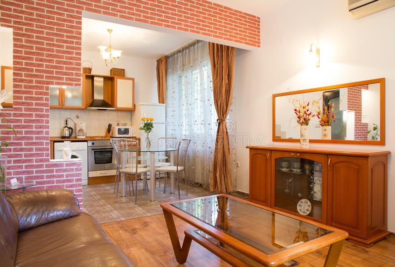 Salle de séjour et cuisine modernes photographie stock libre de droits