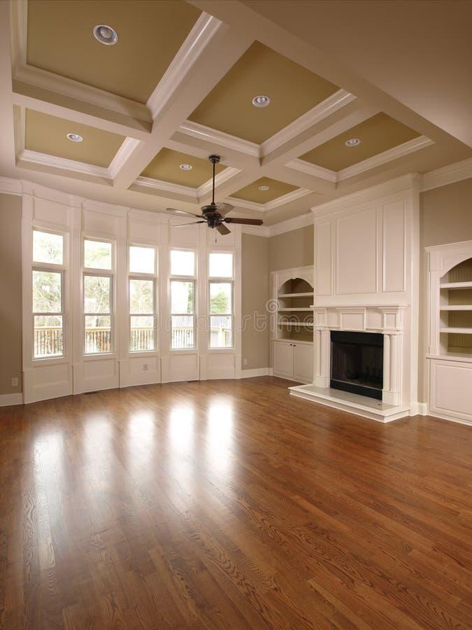 Salle de séjour intérieure à la maison de luxe avec Windows photos stock