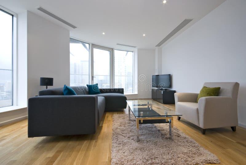 Salle de séjour moderne dans un appartement d'appartement terrasse photo libre de droits