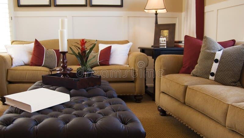 Salle de séjour moderne lumineuse dans la maison neuve photos stock