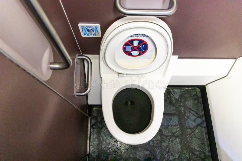 Salle de toilette de toilette de toilettes dans des avions commerciaux de vol photos stock