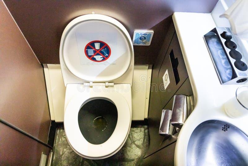 Salle de toilette de toilette de toilettes dans des avions commerciaux de vol photographie stock libre de droits