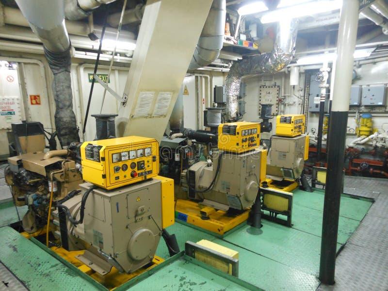 Salle des machines avec les générateurs diesel images stock