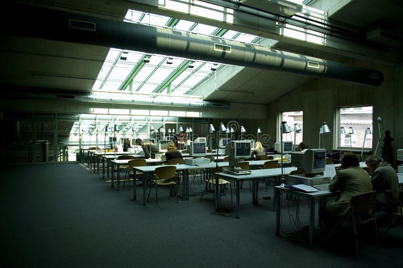 Salle des ordinateurs de bibliothèque image stock