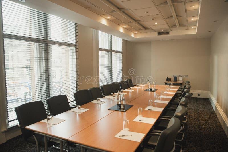 Salle du conseil d'administration vide pour une réunion photo libre de droits