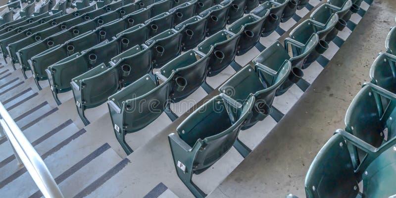 Salles à gradins d'allocation des places et de visionnement de panorama sur un terrain de base-ball vu un jour ensoleillé photos libres de droits