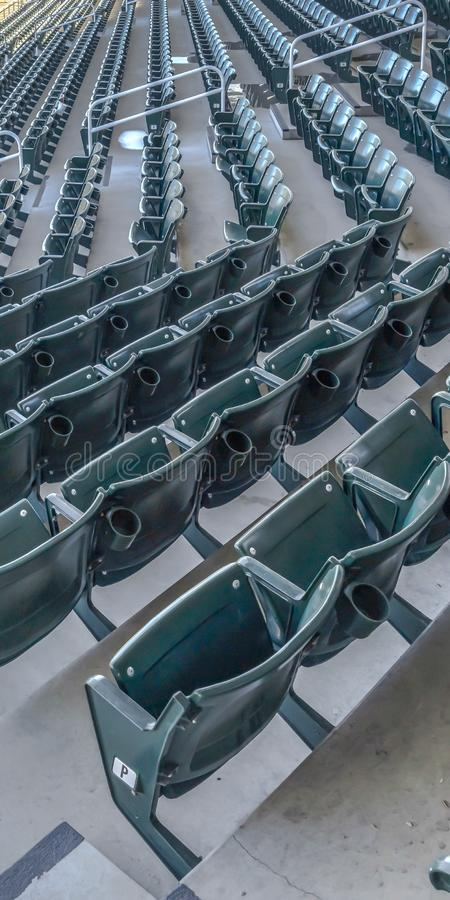 Salles à gradins verticales d'allocation des places et de visionnement sur un terrain de base-ball vu un jour ensoleillé images stock