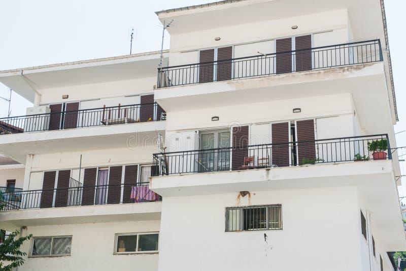 Salles démontables de bâtiment blanc Balcons d'un bâtiment blanc abandonné image stock