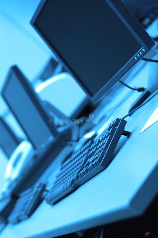 Salles des ordinateurs dans le bureau image stock