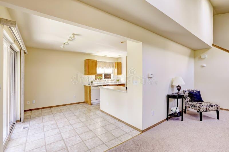 Salles lumineuses dans la maison vide Région de cuisine avec le plancher de tuiles image libre de droits