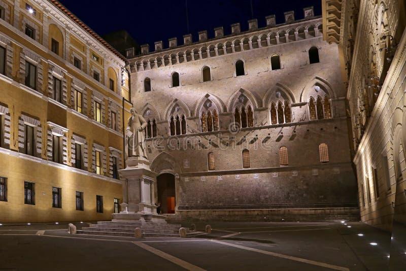 Sallustio Bandini op Piazza Salimbeni bij nacht, Siena, Toscanië - Italië stock foto's