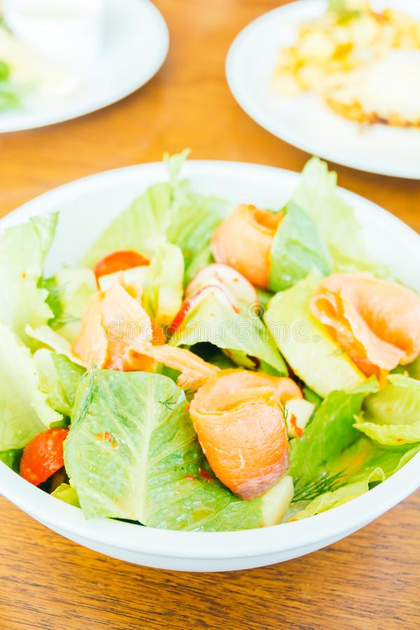 Salmón ahumado con la ensalada vegetal foto de archivo libre de regalías