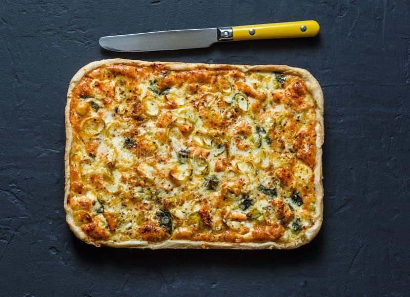 Salmões, alho-porro, espinafre, torta da massa folhada do queijo no fundo escuro fotografia de stock royalty free