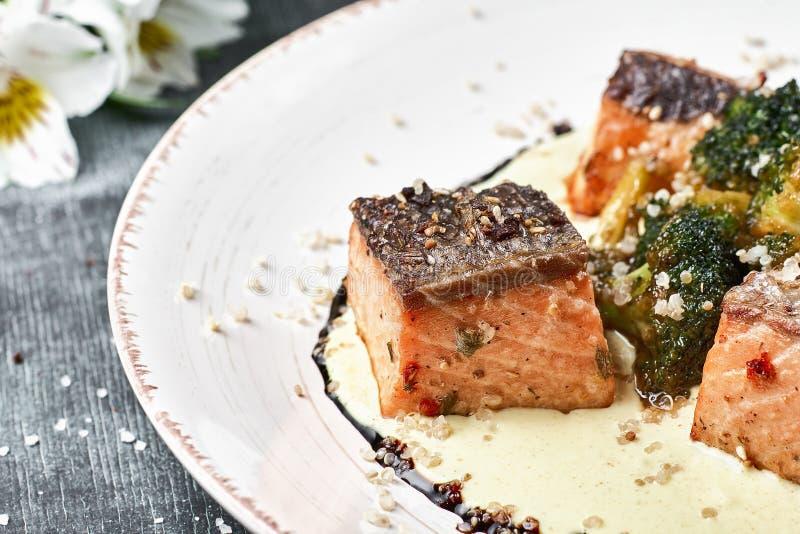 Salmões cozidos dos peixes no molho do açafrão com brócolis Menu dietético Menu dos peixes Marisco - salmão fotos de stock royalty free