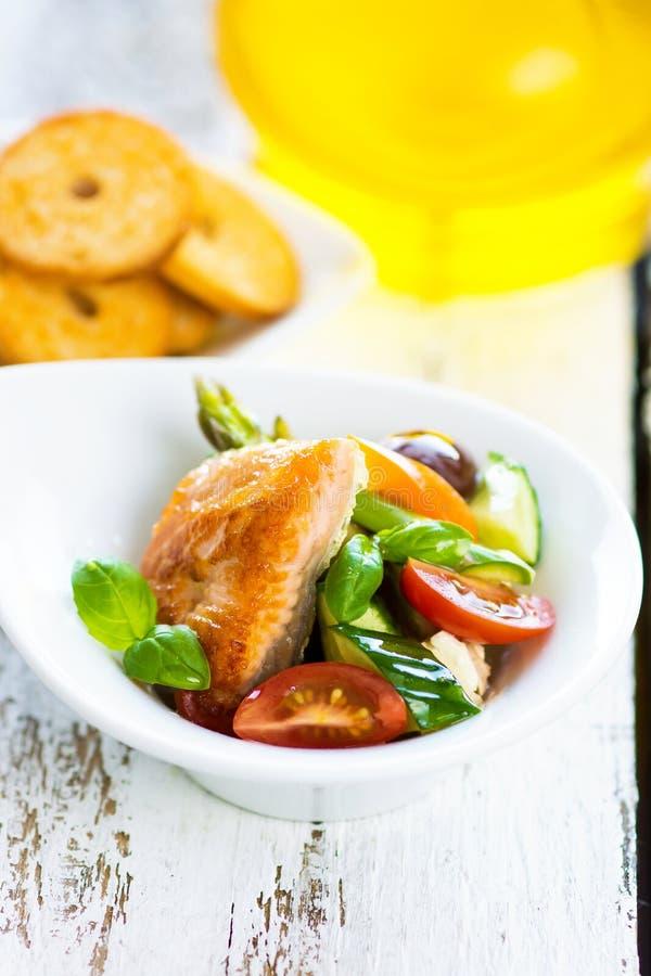Salmões cozidos friáveis com vegetal delicioso foto de stock royalty free
