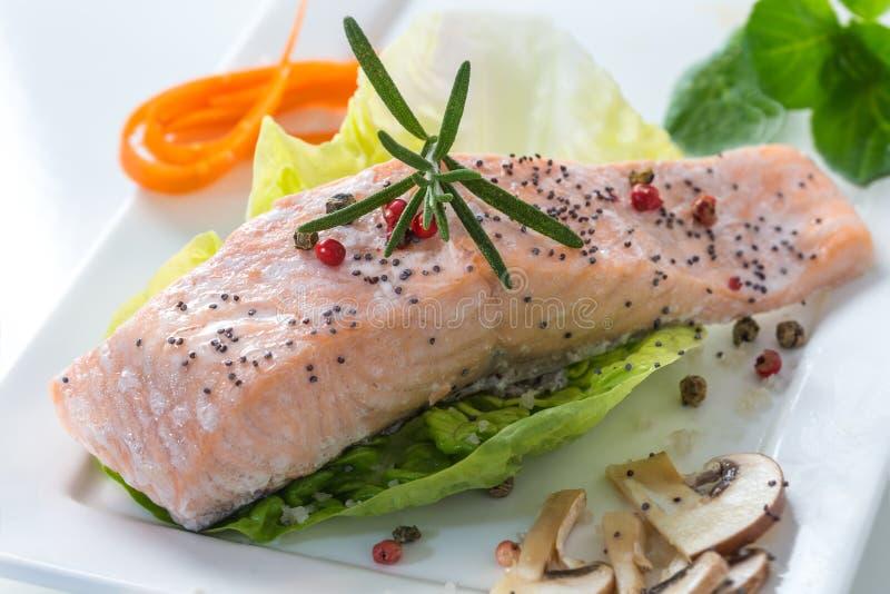 Download Salmões Cozinhados Com Vegetais Imagem de Stock - Imagem de preparado, tomate: 65577293