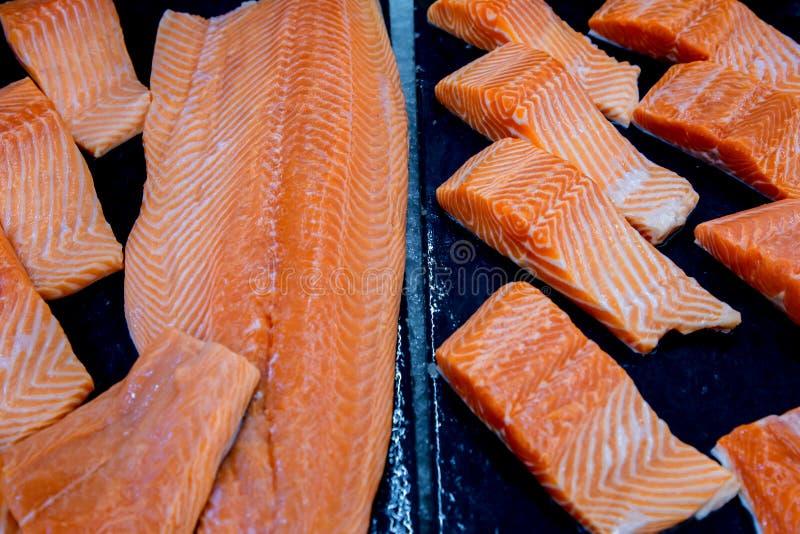 Salmões frescos O salmão enfaixa para a venda em um mercado de peixes indicado com um efeito dos retalhos fotografia de stock