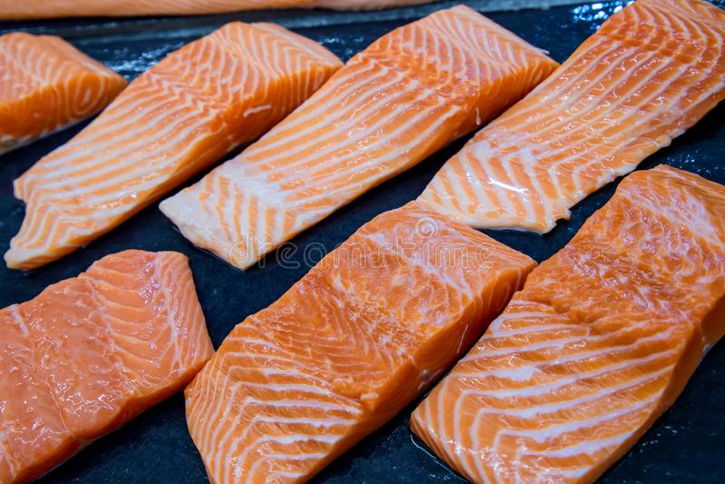 Salmões frescos O salmão enfaixa para a venda em um mercado de peixes indicado com um efeito dos retalhos imagem de stock royalty free