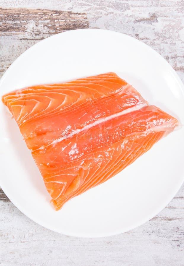 Salmões saudáveis frescos na placa, alimento que contém a ômega 3 ácidos foto de stock