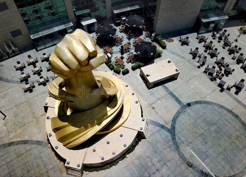 Salmiya - Кувейт - июль 2019 - красивый бронзовый ориентир руки поднимает около башен Олимпии стоковая фотография