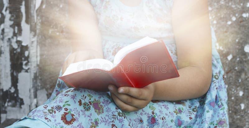 Salmo del nuovo testamento La bambina sta leggendo la bibbia fotografia stock libera da diritti