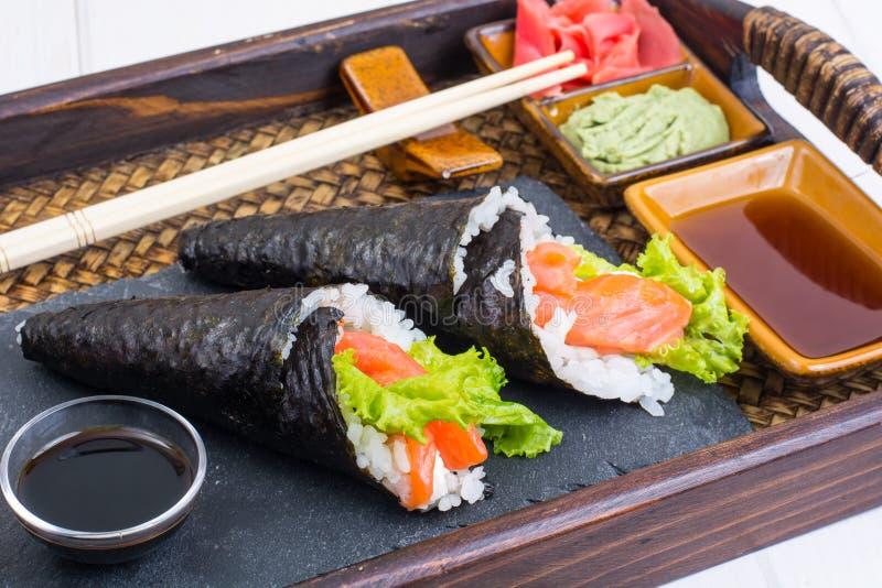 Salmon конус суш temaki на подносе стоковое изображение