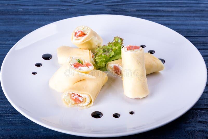 Salmon крены lavash с сыром и травами на стеклянной пластинке, конце вверх по взгляду стоковая фотография rf