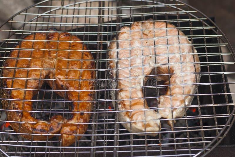Salmon ломтики на жечь лоток стоковая фотография