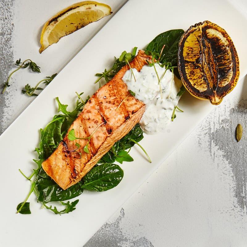 Salmon стейк и гриль Dorado стоковое изображение rf