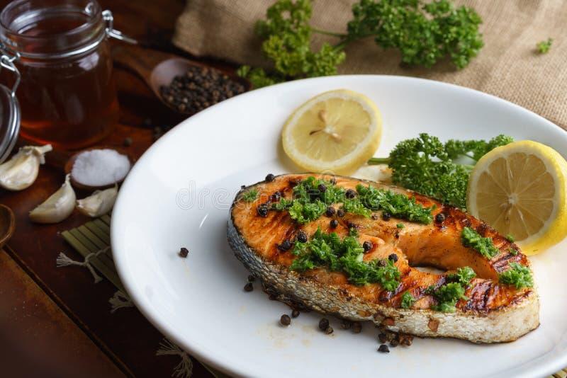 Salmon стейк, который служат на белой плите стоковые изображения rf