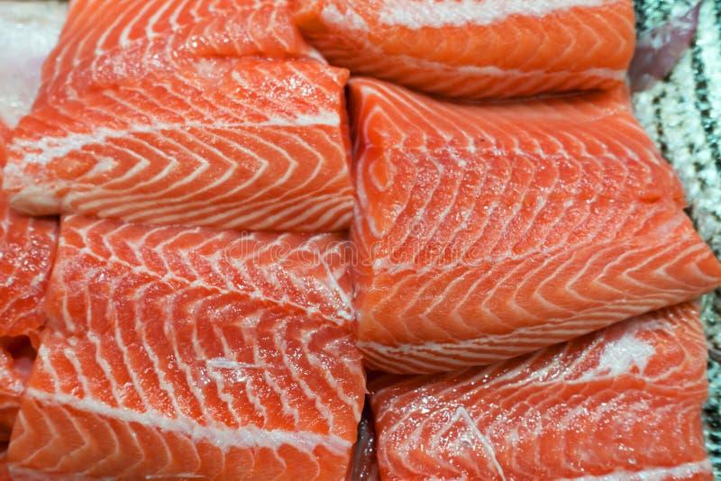 Salmon сырцовое на рыбном базаре льда стоковые изображения rf