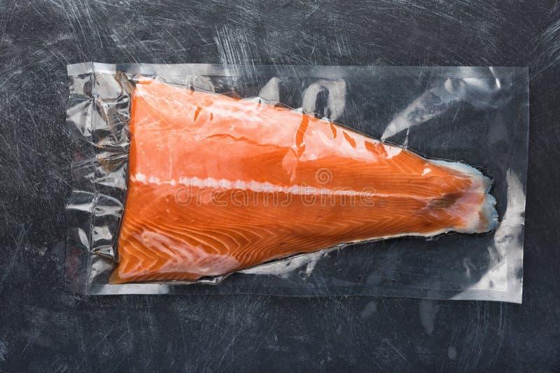 Salmon филе упакованное в пластичном пакете вакуума стоковые фотографии rf
