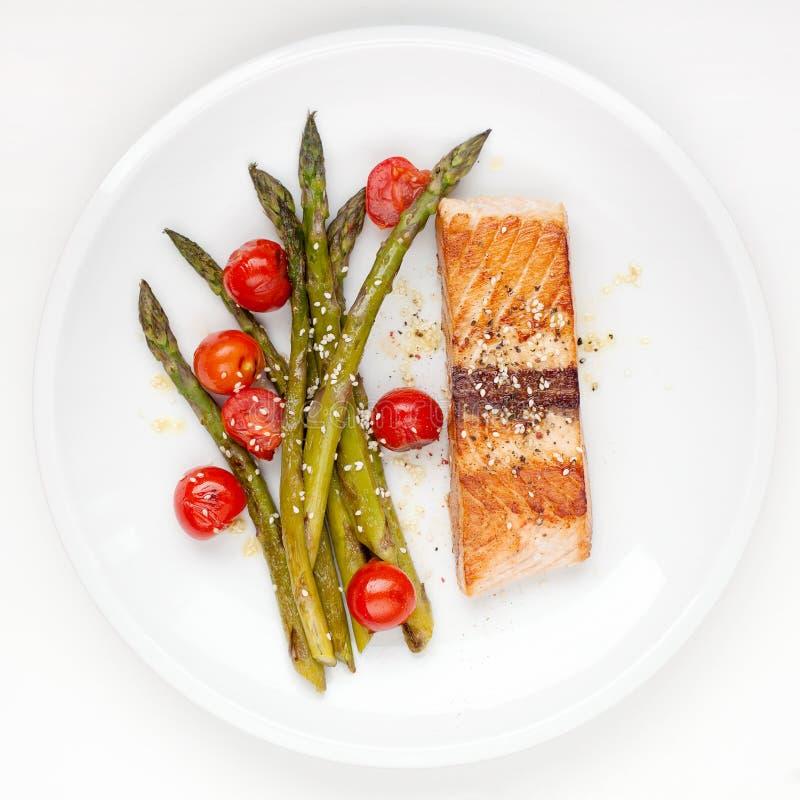 Salmon филе с томатами спаржи и вишни стоковая фотография