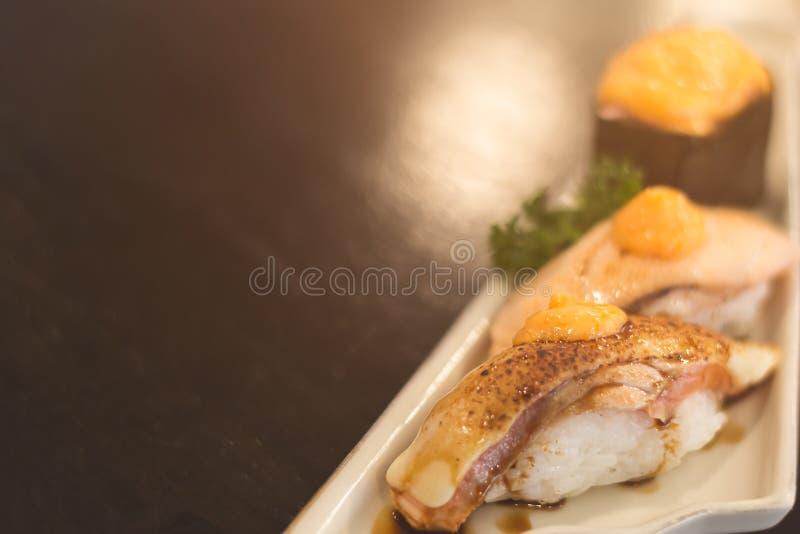Salmon aburi nigiri e gunkan sushi com molho ebiko imagens de stock royalty free