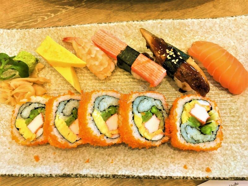 Salmon Aburi Roll Ebi Maki picante, rolo de Califórnia, Tekka Maki, rolo do Tempura de Ebi, Caterpilar rola alimentos limpos japo foto de stock