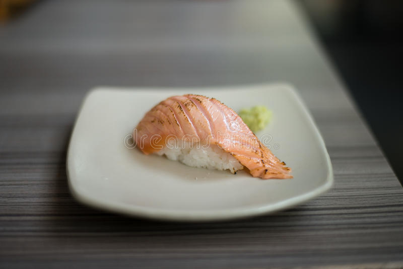 Salmon Aburi Sushi: Japanisches Lebensmittel lizenzfreie stockfotografie